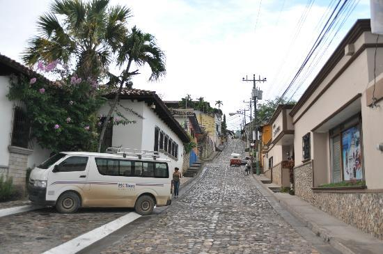 Hotel Marina Copan: calle del hotel