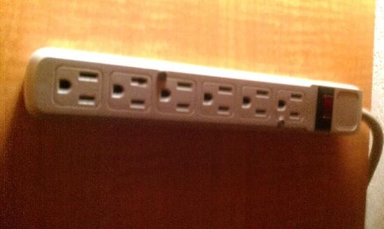 BEST WESTERN Angus Inn: Power outlets should not be screwed in!