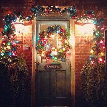 Scarborough Fair Bed & Breakfast: Festive Holiday Welcome at the entrance of Scarborough Fair B&B