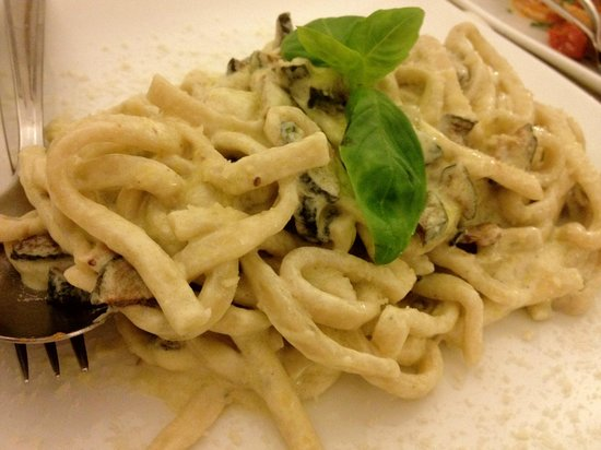 La Rondinella: ディナー:ズッキーニとチーズの生パスタ