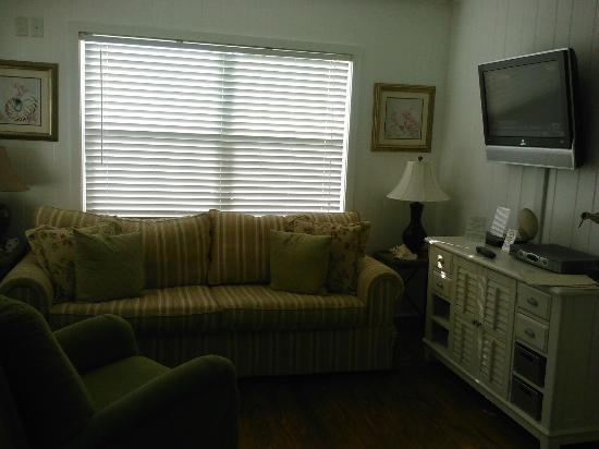 Arbors by the Sea: Living room in Iris cottage