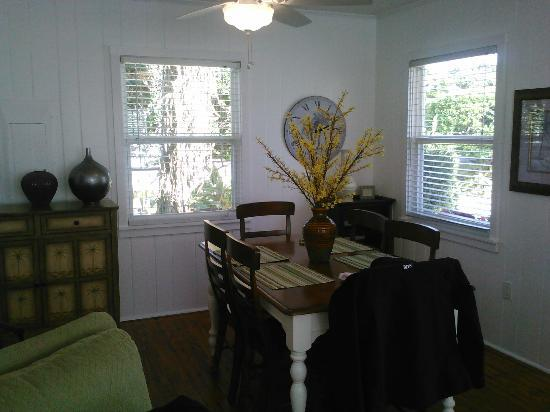 Arbors by the Sea: Dining room in Iris cottage