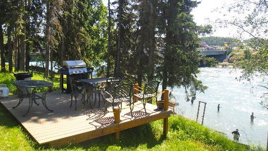 Kenai River Lodge: Outdoor dining areas with grills