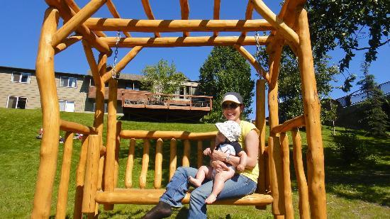 Kenai River Lodge: Enjoying the sunshine on the wood swing