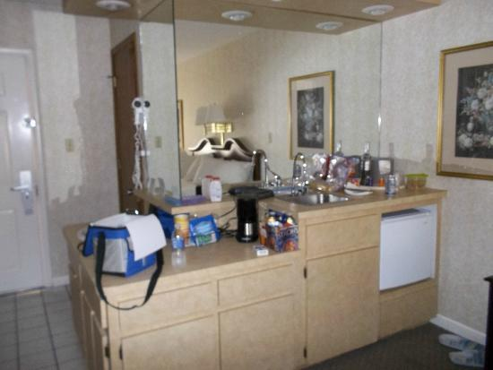 Zoders Inn & Suites: fridge and sink coffee maker