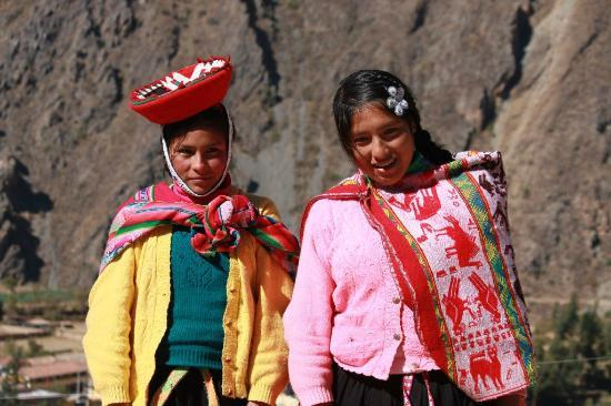 Inca Bridge: Peruvian girls - Ollantaytambo