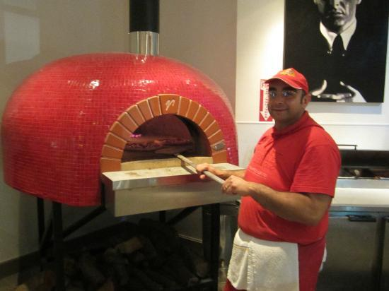 Angelina's Pizzeria: Gino and his oven!