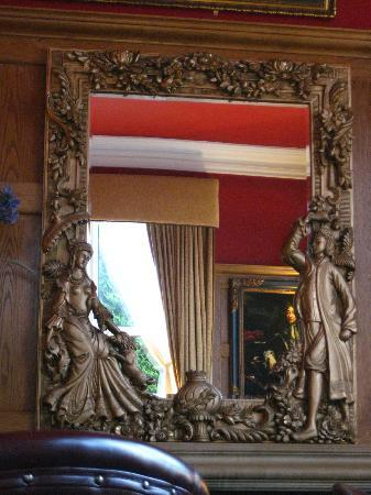 Scholars Townhouse Hotel: Mirror in the bar area