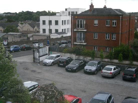 Scholars Townhouse Hotel : Hotel parking lot - view from room