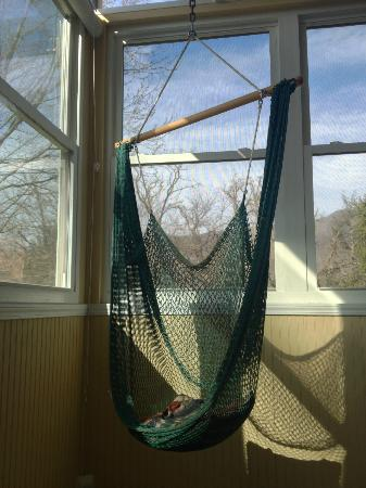 Andon-Reid Inn Bed and Breakfast: Hammock Swing on Porch of White Sulphur Suite