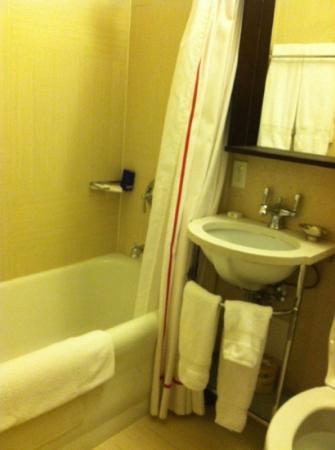 Hotel Lincoln, a Joie de Vivre Hotel: tiny bathroom
