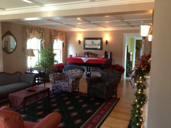 Cranmore Inn: Coffee & cookies in the living room by the fire