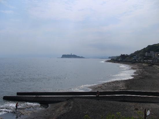 Kamakura Kaihin Koen Inamuragasaki: 江の島を望む