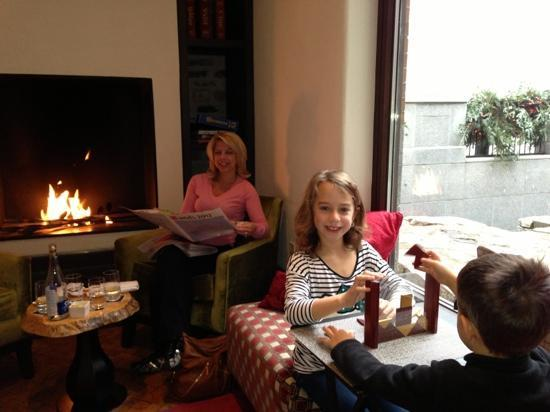 Auberge Saint-Antoine : Relaxing by the bar fireplace