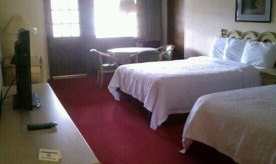 Helendorf River Inn and Conference Center: Nice cozy room with balcony overlooking stream