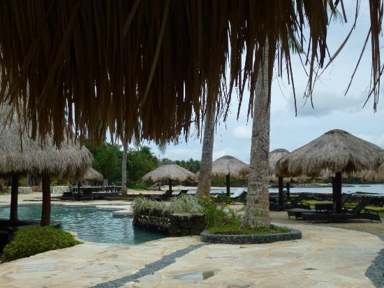 Coconuts Beach Club: pool huts