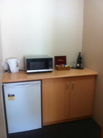 Harbour Sails Motor Inn: kitchenette area