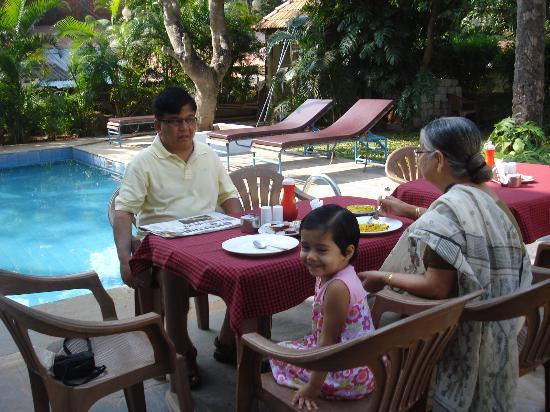 Banyan Tree Courtyard: Breakfast at poolside
