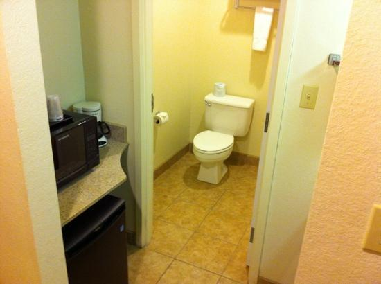 La Quinta Inn Springfield East: vanity/bathroom/supply area