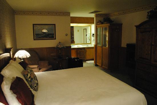 Captain's Cove Inn : Room view towards bath.