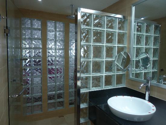 Hotel Riu Palace Macao: Baño amplio y moderno