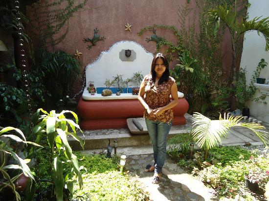 Hotel EuroMaya Suites: Mi esposa en la fuente del Hotel Euro Maya