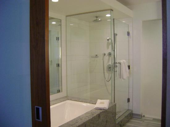 Fairmont Pacific Rim: Separate shower and soaking tub