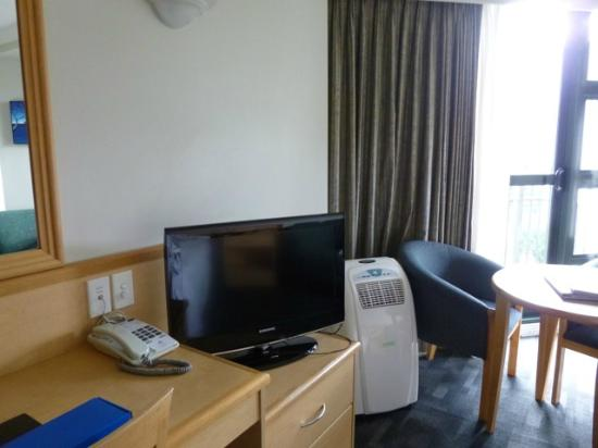 Amora Hotel Auckland: Room 2 (TV and A/C)