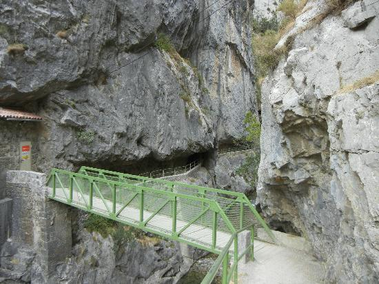 The Cares Gorge : Entering the gorge