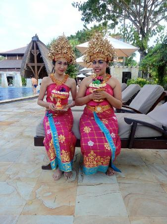 Rama Beach Resort and Villas: Traditional Balinese dancers performing around the pool