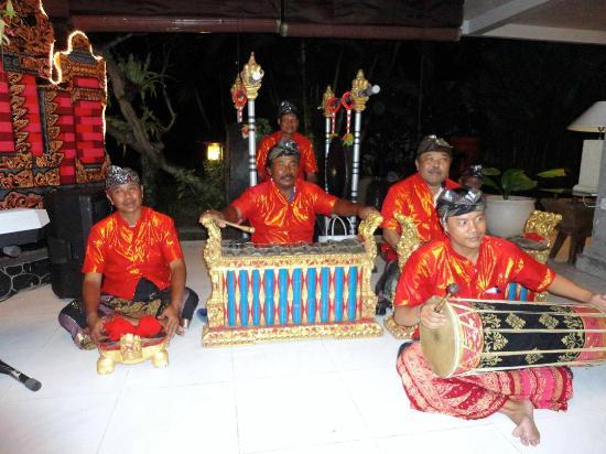 Rama Beach Resort and Villas: Balinese musicians in the restaurant