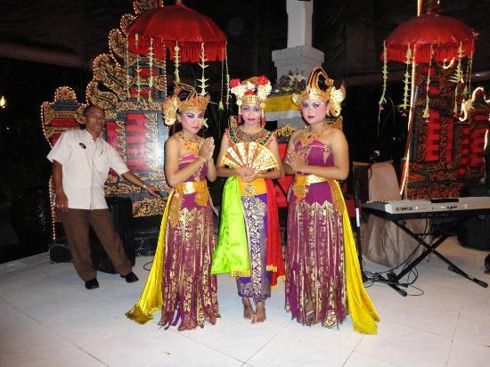Rama Beach Resort and Villas: Traditional Baliense dancers performing during dinner