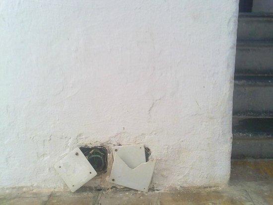 El Riadh Hotel : cables électriques dans les allées