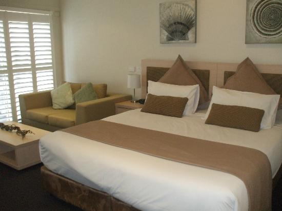 Oaks Pacific Blue Resort Salamander Bay: Bed & Comfy Couch