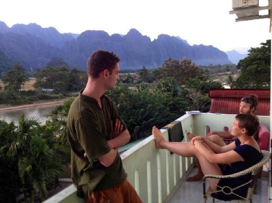 Mesah View Guesthouse: Guests relaxing on the balcony