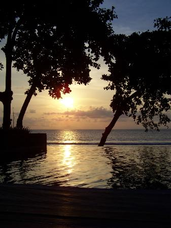 Jeeva Klui Resort: Sunset across pool from restaurant
