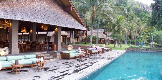 Jeeva Klui Resort: View of pool terrace and restaurant