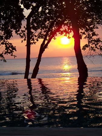 Jeeva Klui Resort: Sunset across pool from dining area