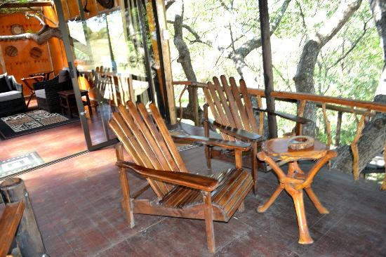 Pezulu Tree House Game Lodge : Vordere Terrasse