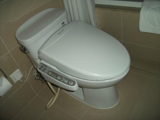 Ramada Plaza Suwon: Space age toilet!!