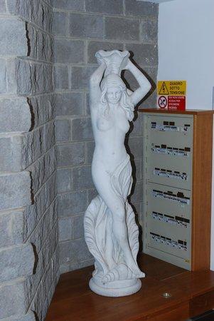 Hotel al Brunello di Montalcino: Внутри отеля какая-то статуя