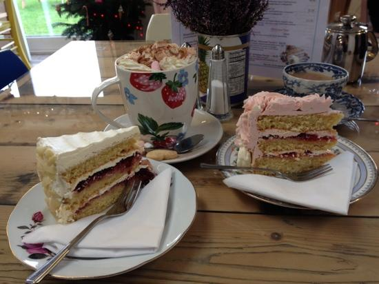 Ruthin, UK: Beautiful homemade cakes and a sugar plum hot chocolate