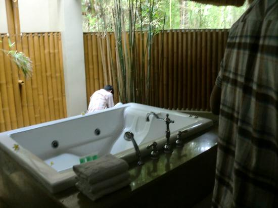 Eskaya Beach Resort & Spa: The bathroom just oozes luxury!