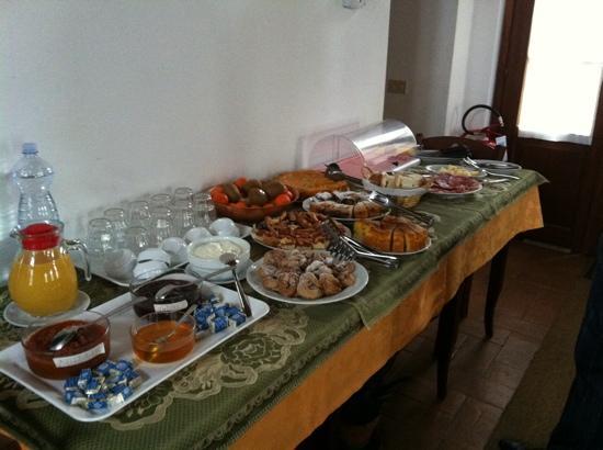 Agriturismo Bonello: buffett con dolci fatti in casa e ottimi salumi e formaggi