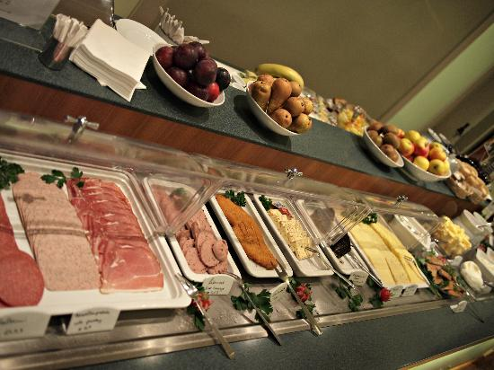 Best Western Hotel Bremen City: Sumptuous breakfast spread