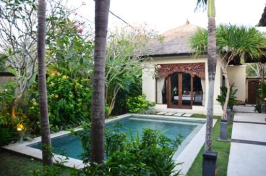 Pat-Mase, Villas at Jimbaran: Master bedroom from across view