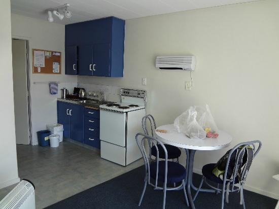 Aden Motel: Kitchenette and table