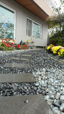 Happy Garden Guesthouse: lovely walk way