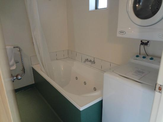 Clearbrook Motel Wanaka: Big bathtub, separate clothes washer and dryer