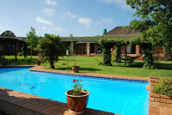 Airport Game Lodge: View from garden to lodge rooms